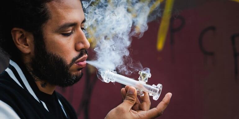 Fumar hachís o marihuana sin tabaco